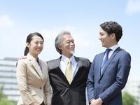 日本人の上司と部下 11004119471| 写真素材・ストックフォト・画像・イラスト素材|アマナイメージズ