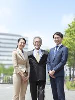 日本人の上司と部下 11004119473| 写真素材・ストックフォト・画像・イラスト素材|アマナイメージズ