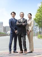 日本人の上司と部下 11004119474| 写真素材・ストックフォト・画像・イラスト素材|アマナイメージズ