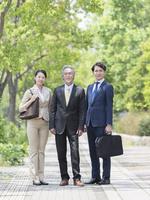 日本人の上司と部下 11004119476| 写真素材・ストックフォト・画像・イラスト素材|アマナイメージズ