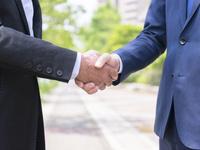 握手をするビジネスマン 11004119479| 写真素材・ストックフォト・画像・イラスト素材|アマナイメージズ