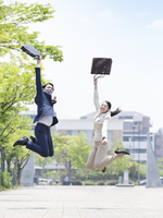 ジャンプをするスーツ姿の男女 11004119486| 写真素材・ストックフォト・画像・イラスト素材|アマナイメージズ