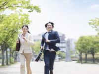 鞄を持って走るスーツ姿の男女 11004119489| 写真素材・ストックフォト・画像・イラスト素材|アマナイメージズ
