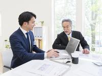 日本人の上司と部下 11004119498| 写真素材・ストックフォト・画像・イラスト素材|アマナイメージズ