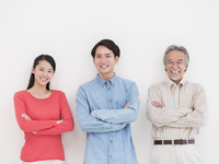 腕を組む日本人家族 11004119523| 写真素材・ストックフォト・画像・イラスト素材|アマナイメージズ