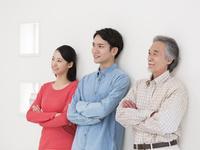 腕を組む日本人家族 11004119525| 写真素材・ストックフォト・画像・イラスト素材|アマナイメージズ