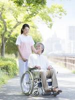 車椅子に乗る患者と介護士 11004119556| 写真素材・ストックフォト・画像・イラスト素材|アマナイメージズ