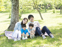 レジャーシートに座る日本人家族