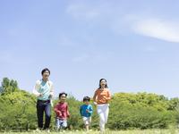 草原を走る日本人家族