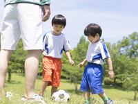 サッカーをする兄弟