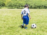 サッカーをする男の子