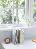 窓辺の机のイメージ