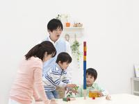積み木で遊ぶ日本人家族
