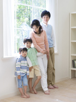 窓辺に立つ日本人家族