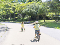 自転車に乗る兄弟