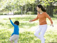 公園を走る母と息子