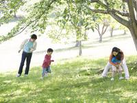 公園で遊ぶ日本人家族