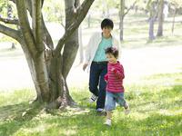 公園で遊ぶ父と息子