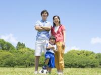 草原に立つ日本人の家族