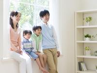 窓辺に座る日本人家族