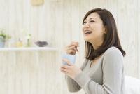カップを持って笑う女性