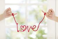 赤いひもを小指に結んだ手 11004119792| 写真素材・ストックフォト・画像・イラスト素材|アマナイメージズ