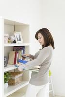 本を抱える女性