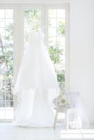 窓辺にかけられたウエディングドレス 11004119868| 写真素材・ストックフォト・画像・イラスト素材|アマナイメージズ