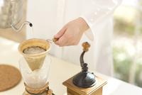 コーヒーを淹れる女性の手元 11004119879| 写真素材・ストックフォト・画像・イラスト素材|アマナイメージズ