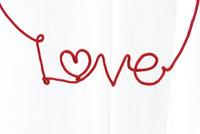 赤い紐で作ったLOVEの文字