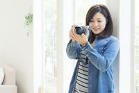 デジタルカメラをかまえる女性