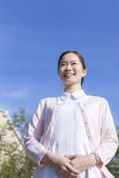 青空と看護師 11004120054| 写真素材・ストックフォト・画像・イラスト素材|アマナイメージズ