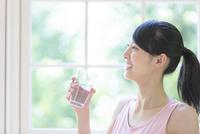水の入ったグラスを持つ女性 11004120301| 写真素材・ストックフォト・画像・イラスト素材|アマナイメージズ