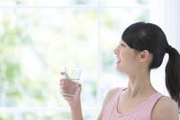 水の入ったグラスを持つ女性 11004120425| 写真素材・ストックフォト・画像・イラスト素材|アマナイメージズ