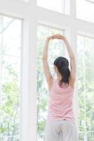 ストレッチをする女性 11004120435| 写真素材・ストックフォト・画像・イラスト素材|アマナイメージズ