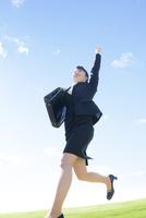 ジャンプするビジネスウーマン 11004120481| 写真素材・ストックフォト・画像・イラスト素材|アマナイメージズ