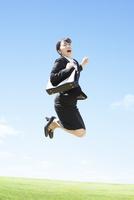 ジャンプするビジネスウーマン 11004120483| 写真素材・ストックフォト・画像・イラスト素材|アマナイメージズ