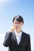 眼鏡をかけたビジネスウーマン 11004120485| 写真素材・ストックフォト・画像・イラスト素材|アマナイメージズ