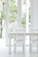 白いダイニングテーブルと椅子