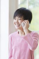 スマートフォンで通話する男の子