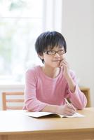 机で勉強する男の子