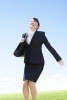 見上げるビジネスウーマン 11004120621| 写真素材・ストックフォト・画像・イラスト素材|アマナイメージズ