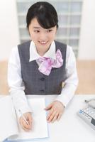 制服姿のビジネスウーマン 11004120626| 写真素材・ストックフォト・画像・イラスト素材|アマナイメージズ