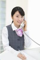 制服姿のビジネスウーマン 11004120628| 写真素材・ストックフォト・画像・イラスト素材|アマナイメージズ