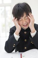 悩む男子中学生 11004120692| 写真素材・ストックフォト・画像・イラスト素材|アマナイメージズ