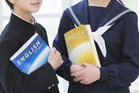 教科書を持つ中学生