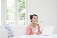 ノートパソコンと女性