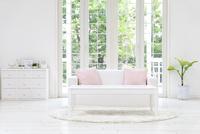 テーブルとソファ 11004120856| 写真素材・ストックフォト・画像・イラスト素材|アマナイメージズ