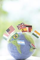 地球儀と国旗 11004121024| 写真素材・ストックフォト・画像・イラスト素材|アマナイメージズ