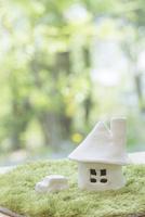 家と自動車の模型 11004121032| 写真素材・ストックフォト・画像・イラスト素材|アマナイメージズ